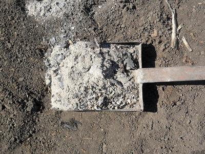 Внесение древесной золы позволяет нормализовать кислотность почвы