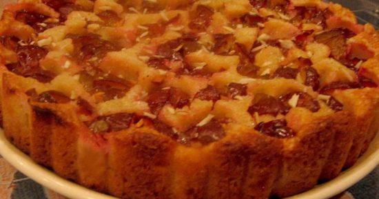 Сливовый пирог на блюде