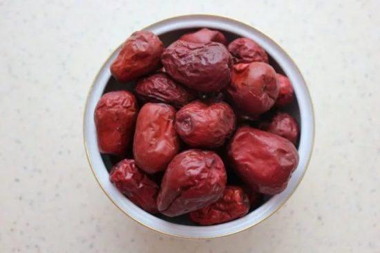 Вяленые плоды унаби в миске