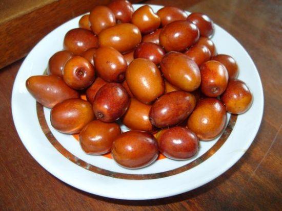 Плоды китайского финика на тарелке