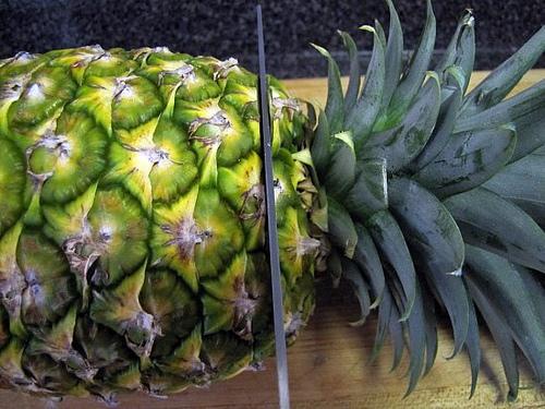 Обрезка верхушки ананаса ножом