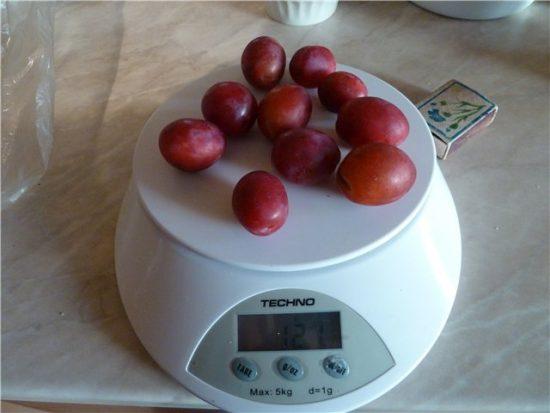 Плоды сливы Скороспелка красная