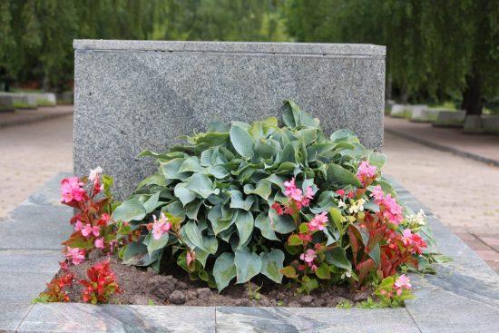 Пример оформления могилы цветами