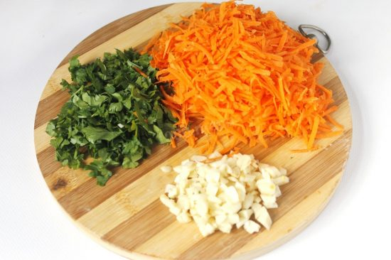 Тёртая морковь, чеснок и петрушка