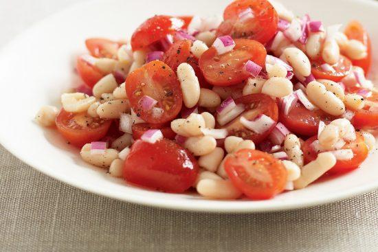Гарнирный салат с белой фасолью и томатами