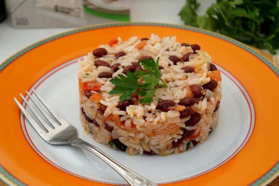 Тёплый фасолевый салат с ароматным рисом