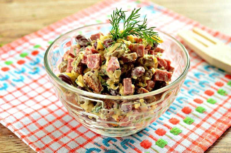 5 простых и вкусных салатов из консервированной фасоли: семья будет в восторге
