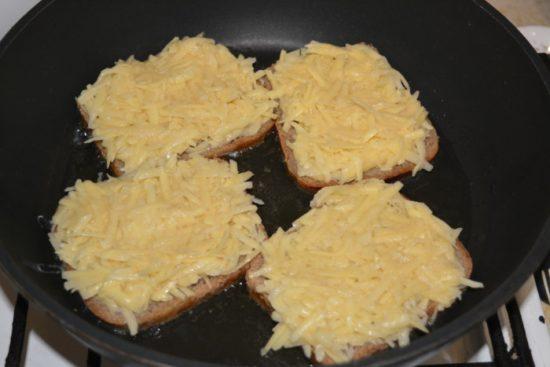 Бутерброды в сковороде начинкой вверх