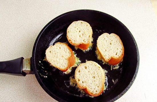 Сковорода с бутербродами
