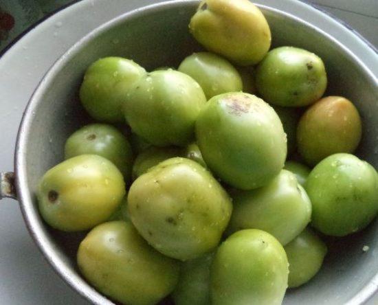 Зелёные помидоры в миске на столе