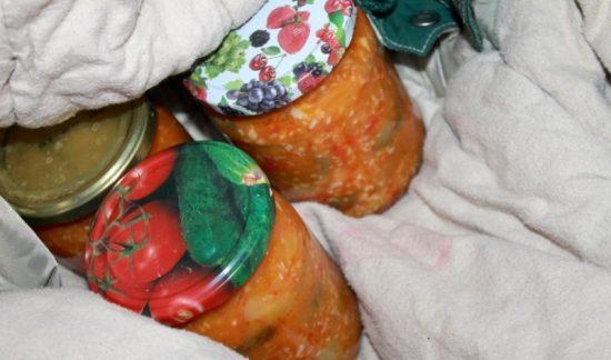 Банки с овощными консервами на зиму в одеяле