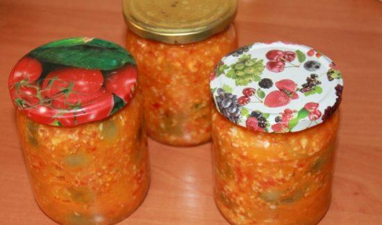 Закуска из зелёных помидоров с чесноком и сладким перцем в небольших стеклянных банках под крышками