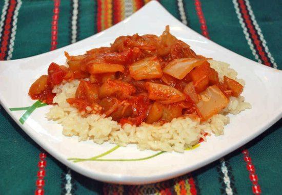 Квадратная белая тарелка с рисом и лечо из баклажанов