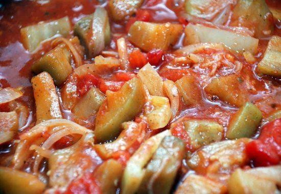 Лечо из обжаренных баклажанов с овощами и томатным соком