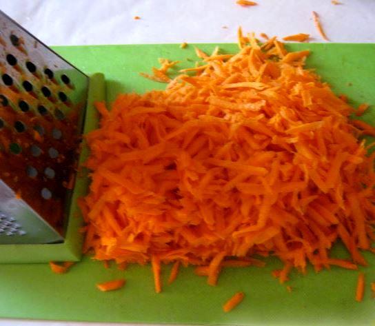 Тёртая морковь и металлическая тёрка