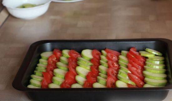 Заготовка для запеканки с кабачками и помидорами в прямоугольной форме для запекания чёрного цвета