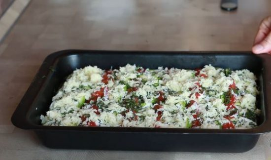 Заготовка для запеканки из кабачков с сыром, сметаной и свежей зеленью в прямоугольной форме для запекания чёрного цвета