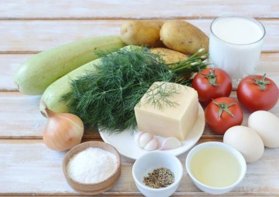 Продукты для приготовления овощной запеканки на столе