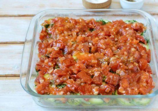 Зажарка из помидоров в форме с кабачками и картофелем