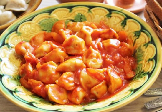 Пельмени, приготовленные на сковороде с томатами и сыром