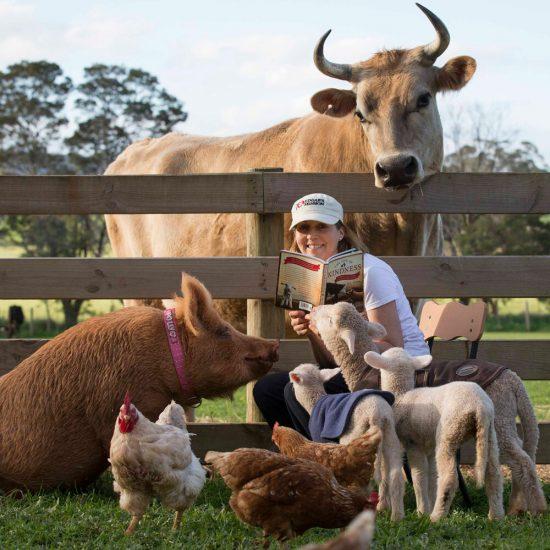 Женщина в окружении домашних животных
