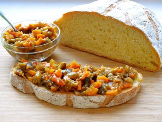 Грибная икра на хлебе