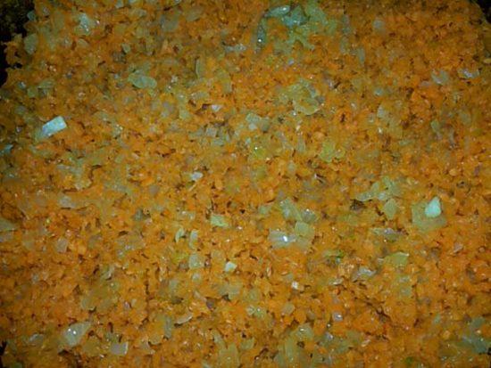 Морковь и лук в сковороде