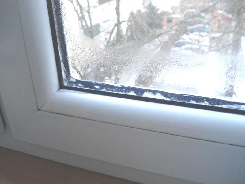 5 идей, которые помогут избавиться от наледи на окне