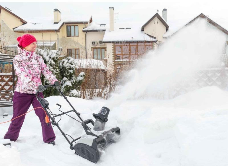 8 оригинальных лайфхаков для уборки снега во дворе