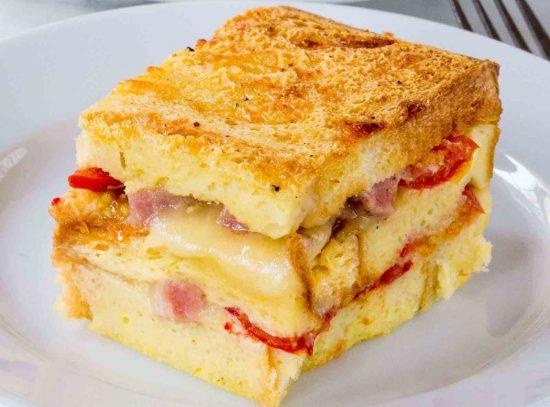Слоёная хлебная запеканка с ветчиной, сыром и томатами