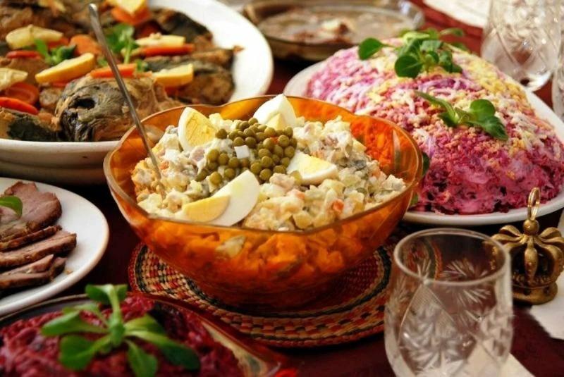 Если хочется накрыть праздничный стол по-советски: 8 обязательных блюд