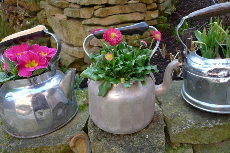 Какие старые вещи можно собрать в доме, чтобы к весне сделать оригинальные цветники